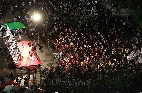 11일 오후 서울 중구 대한문 앞에서 열린 '쌍용차 22명의 희생자를 위로하고 연대하는 <악! 樂> 문화제'에 수많은 시민들이 참석해 쌍용자동차 정리해고 문제 해결을 촉구하고 있다.