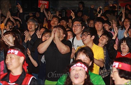 11일 오후 서울 중구 대한문 앞에서 열린 '쌍용차 22명의 희생자를 위로하고 연대하는 <악! 樂> 문화제'에 참석한 시민들이 허클베리핀의 멋진 공연에 열광하며 환호하고 있다.
