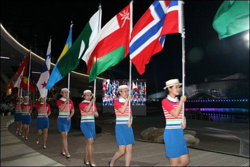 여수엑스포 개막식에서 104개 참가국의 국기가 입장하고 있다.