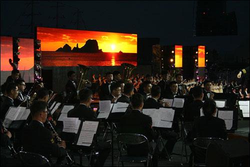윈드오케스트라 60명이 선원과 바다의 노래, 봄의 왈츠, 바다교향곡 등을 연주했다.