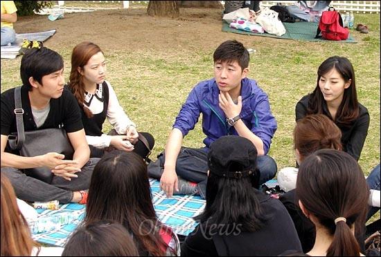 전국언론노조 MBC본부가 12일 오후 여의도공원 '희망캠프' 현장에서 연 '방송대학'에서 허일후 아나운서(오른쪽 두번째)와 김초롱 아나운서(맨오른쪽)가 언론인 지망생들과 취업 상담을 하고 있다.