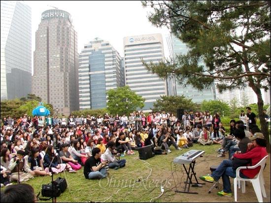 파업 중인 전국언론노조 MBC본부 소속  조합원들이 12일 오후 여의도공원 '희망캠프' 현장에서 방송대학을 열고 있다.