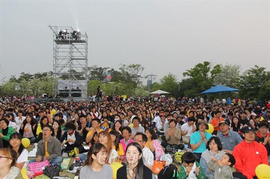 노무현 전 대통령 3주기 추모콘서트가 열린 대전 유림공원에 모인 관객들