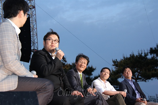 낙선 멘붕토크에참석한 낙선자들. 왼쪽부터 사회자 탁현민과 김용민, 문성근, 양정철, 김종민 전 후보자