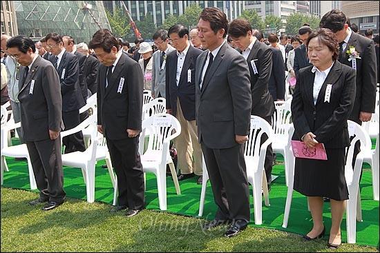 18일 오전 서울시청앞 서울광장에서 열린 '5.18 민중항쟁 제32주년 서울 행사 기념식'에서 민주통합당 전병헌 의원, 유인태 당선자, 최재성 의원, 인재근 당선자와 시민들이 5.18 민주유공자의 희생정신을 기리며 묵념을 하고 있다