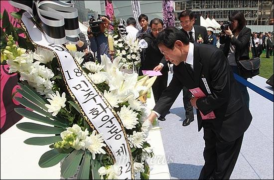 18일 오전 서울시청앞 서울광장에서 열린 '5.18 민중항쟁 제32주년 서울 행사 기념식'에서 시민들이 5.18 민주유공자의 희생정신을 기리며 헌화와 분향을 하고 있다.