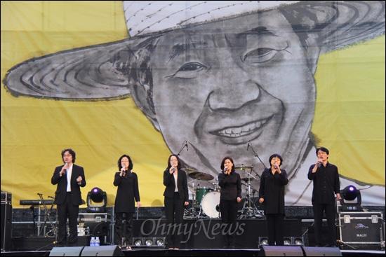 고 노무현 대통령 서거 3주기 부산추모문화제가 20일 저녁 부산대 넉넉한터에서 열렸다. 사진은 '노래를찾는사람들' 공연 모습.