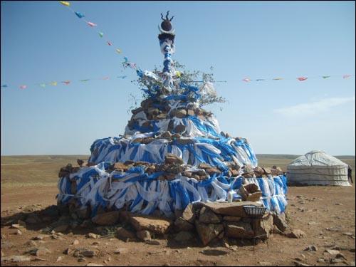 몽골초원의 풍경. 사진은 유목민들이 제사를 지낸 곳인 아오바오.