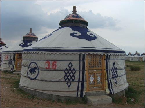 몽골초원의 천막집인 바오. 사진 속의 바오는 관광객들을 위해 부분적으로 개조한 것이다.