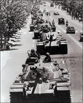 계엄군이 시내를 재장악하기 위해 탱크를 몰고 돌고개를 넘고 있다.