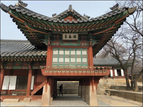 창덕궁의 성정각(왼쪽 낮은 부분)과 보춘정(오른쪽 높은 부분). 성정각은 세자가 교육을 받던 곳이고, 보춘정은 그에 딸린 건물이다. 서울시 종로구 와룡동 소재.