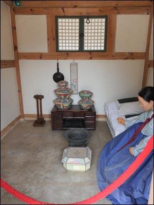 궁녀의 방. 방 안에 있는 것은 궁녀 모양의 밀랍인형. 경기도 수원시 화성행궁 소재.