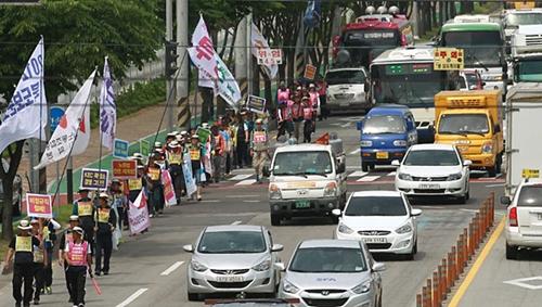 22일 오전 '민주노총 경북지역본부 2012 경북지역 도보순회투쟁'2일차 행진에 나선 민주노총 조합원들이 구미 KEC 공장을 앞을 떠나 공단지역으로 들어서고 있다.