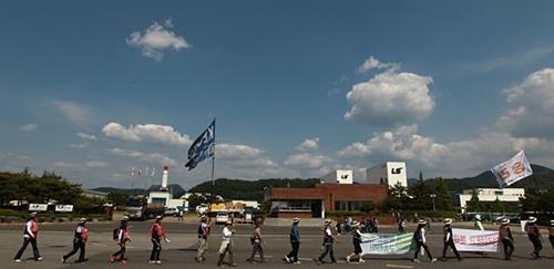 22일 오후 '민주노총 경북지역본부 2012 경북지역 도보순회투쟁'2일차 행진을 하고 있는 민주노총 조합원들이 공단지역을 지나고 있다.