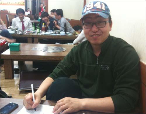 낮에 회의가 다 끝나지 않아 그날 밤 마포 <오마이스타> 회식자리까지 와서 콘티 점검을 해주신 김기태 촬영 감독님.