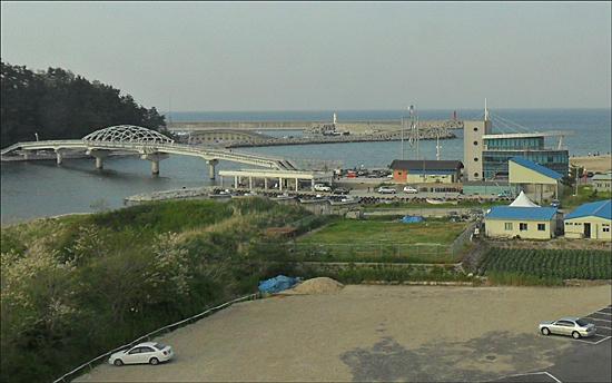사랑하는 사람들과 함께하는 시낭송 공연 강릉 남항진 바닷가 전경, 멀리 보이는 다리를 건너편 강릉항이 있는 안목바닷가