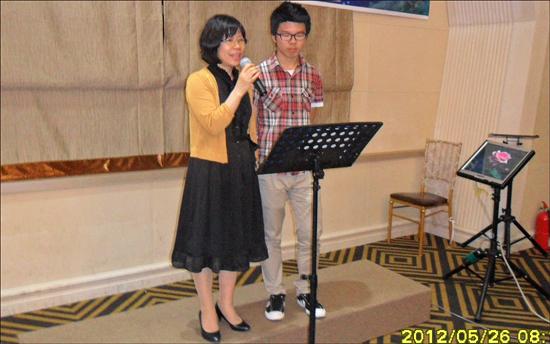 사랑하는 사람들과 함께하는 시낭송 공연 아들과 함께 시낭송을 하고 있는 방현희 회원, 박목월 시인의 '가정'을 낭송했다.
