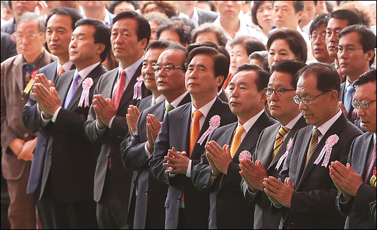 28일 오전 서울 종로구 견지동 조계사에서 열린 불기2556년 부처님 오신날 봉축법요식에 참석한 정치인들이 합장을 하고 있다.