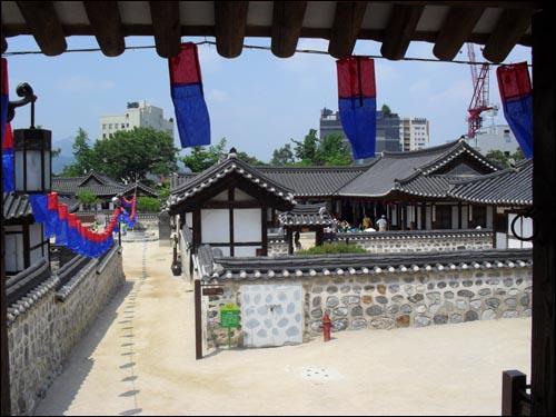 조선시대 사대부 가옥들이 전시되고 있는 남산한옥마을. 서울시 중구 필동 소재.