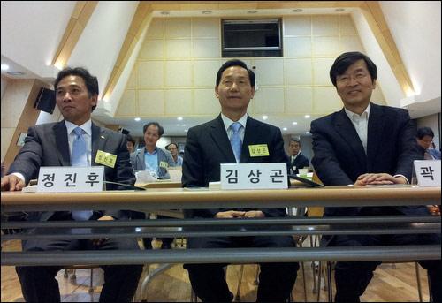 30일 오후 교육개혁100인위원회 회의에 참석해 나란히 앉은 정진후 의원, 김상곤 교육감, 곽노현 교육감(왼쪽부터).