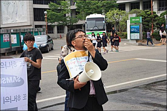항의하고 있는 류승완 박사 류승완 박사가 성균관대 본부를 향해 강의배정 철회 항의 거리강연을 방해하지 말라고 외치고 있다.