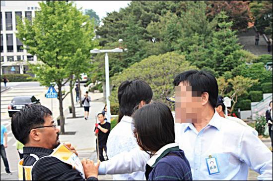 멱살잡이? 류승완 교수의 거리강연 발언을 저지하는 성균관대 교직원