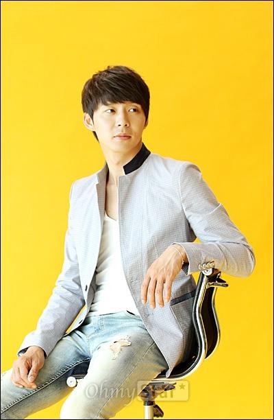 SBS수목드라마 <옥탑방 왕세자>에서 이각 역의 배우 박유천이 31일 오후 서울 상암동 오마이스타 사무실에서 인터뷰에 앞서 포즈를 취하고 있다.