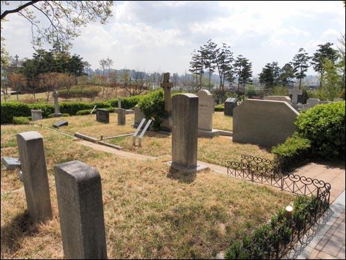 서양 선교사들의 무덤이 있는 '양화진 외국인 선교사 묘원.' 서울시 마포구 합정동 소재. 박서양에게 서양의술을 전수한 에비슨 선교사의 부인과 아들의 무덤이 이곳에 있다.