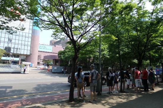 MBC 사옥 맞은편 거리에 서서 시위를 벌이는 외국인들.