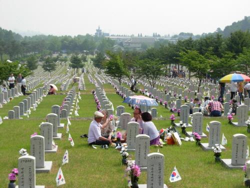 서울 동작동 국립현충원 순국선열 묘비앞에 모인 추모객들