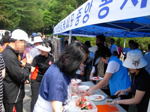 수박과 음료를 무료로 제공하는 박사모 봉사단들