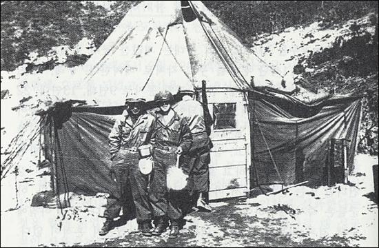 포천지구 전투에서 잠시 자세를 취한 소년병들.