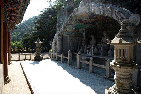 부처 보현암 법당에서는 유리창을 통해 암벽에 모셔 놓은 부처님께 기도를 올릴 수 있다.