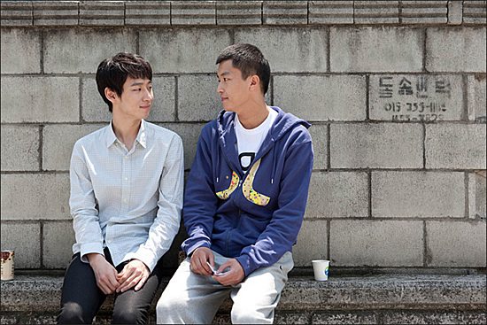 영화 <친구사이?>에서 연인으로 나온 석이(이제훈 분)와 민수(연우진 분)