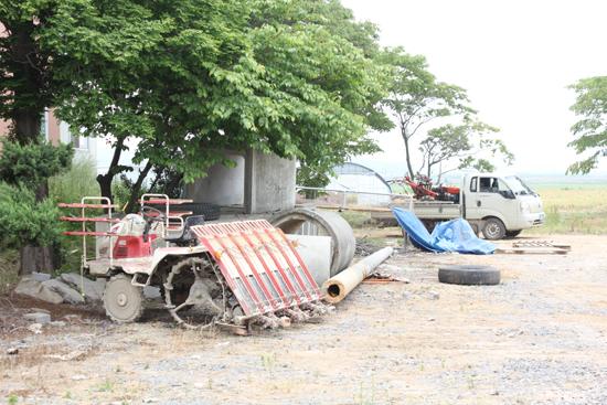 이앙기 개점휴업 영농철로 한창 논을 누비고 있어야 할 이앙기가 기약없이 마을회관 그늘 밑에 세워져 있다.