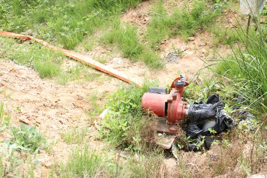 무용지물 양수기 양수기가 설치되어 있는 논도 지하수 조차 끌어들일 수 없는 극심한 가뭄으로 제 역할을 못하고 방치되고 있다. 게다가 최근 양수기 도둑도 극성이어서 농민들은 이중고를 떠 안고 있다.