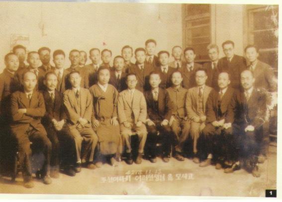 1945년 11월 조선어학회 재건때의 모습 (앞줄 왼쪽 첫 번째가 이윤재의 사위 김병제, 네 번째가 조선어학회 간사장인 이극로, 다섯번째가 이희승, 여섯번째가 정인승)