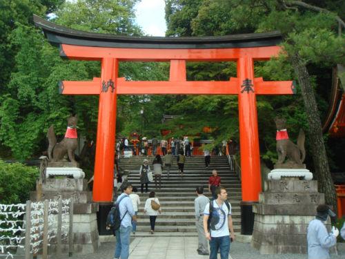 교토 후시미(伏見)에 있는 후시미이나리다이샤(伏見稻何大社)는 일본 이나리 진자의 대표 진자입니다. 크기나 규모 역시 손꼽을 만합니다. 특히 새해 첫 일주일 동안 행하는 하츠모데(初詣)에는 몇 십만 명이 찾아오기도 합니다. 도리이 양쪽에 여우상이 있습니다.