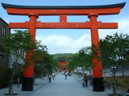 JR 이나리 역 앞에서 바라본 후시미이나리다이샤(伏見稻何大社)입니다. 최근 이곳을 수리하였습니다.