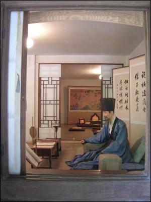 운현궁 노안당에 앉아 있는 이하응(밀랍인형).