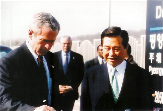 부시 대통령과 김대중 대통령 2002년 미국 부시 대통령과 경의선 종착역인 도라산역을 방문했다. 부시대통령은 철도 침목에 'May This Railroad Unite Korean Families'라고 서명했다.