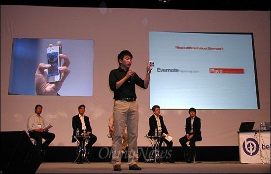 글로벌 IT 스타트업 컨퍼런스인 '비론치(BeLaunch2012)'가 13일 양재동 aT센터에서 개막했다. '스타트업 배틀'에 참여한 스타트업 대표들이 창업투자자들로 구성된 심사위원들 앞에서 자신들의 서비스를 소개하고 있다.