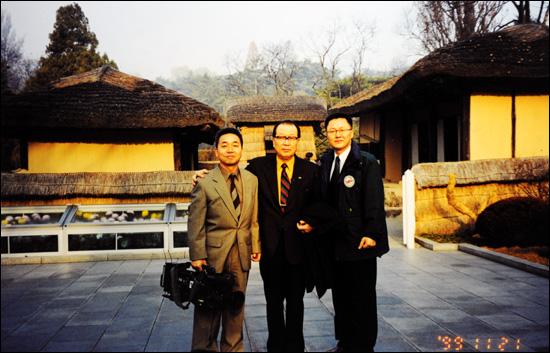 1999년 고 조경철 박사와 함께 만경대를 찾은 필자(맨 오른쪽)