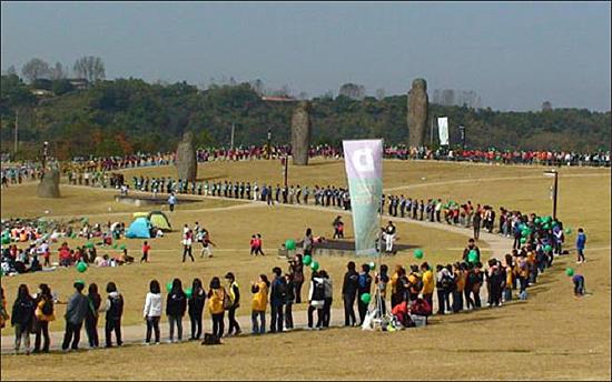 장관 연출한 DMZ 생태띠잇기 제1회 DMZ 생태띠잇기 행사가 2010년 10월 23일 경기도 파주 임진각 평화누리공원에서 1만여 명이 참석한 가운데 열려 장관을 연출하고 있다.