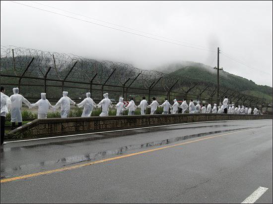 빗속 뚫고 진행된 DMZ 생태띠잇기 제2회 DMZ 생태띠잇기 행사가 2011년 7월 27일 강화도 갑곶돈대에서 연미정에 이르는 대로변에서 수천명이 참여한 가운데 폭우를 뚫고 진행되었다.