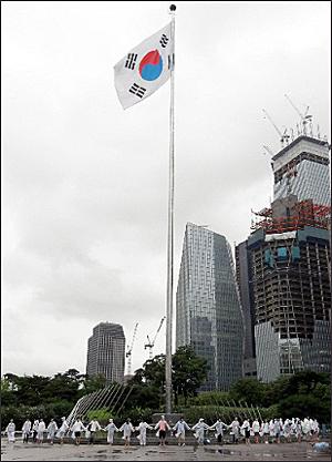 서울에서도 열린 DMZ 생태띠잇기 제2회 DMZ생태띠잇기 행사가 2011년 7월 27일 서울 여의도 광장에서 폭우를 뚫고 진행되었다.