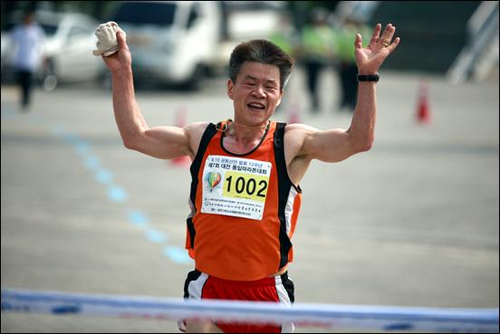 참가자들이 결승선을 통과하고 있다.