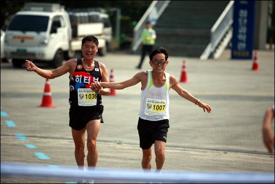 결승선을 앞두고 참가자들이 손을 잡고 들어오고 있다. 남과 북도 이들처럼 손잡고 달릴 순 없을까?