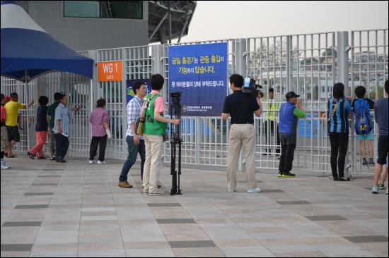 경기 시작 전, 그라운드가 유일하게 보이는 경기장 밖 풍경