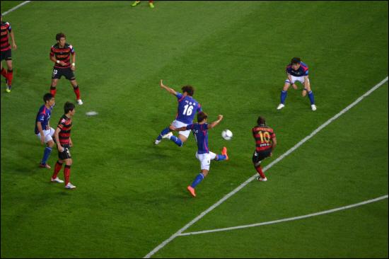 43분, 포항 아사모아의 오른발 슛이 이윤표의 팔에 맞는 순간, 페널티킥이 선언되었다.